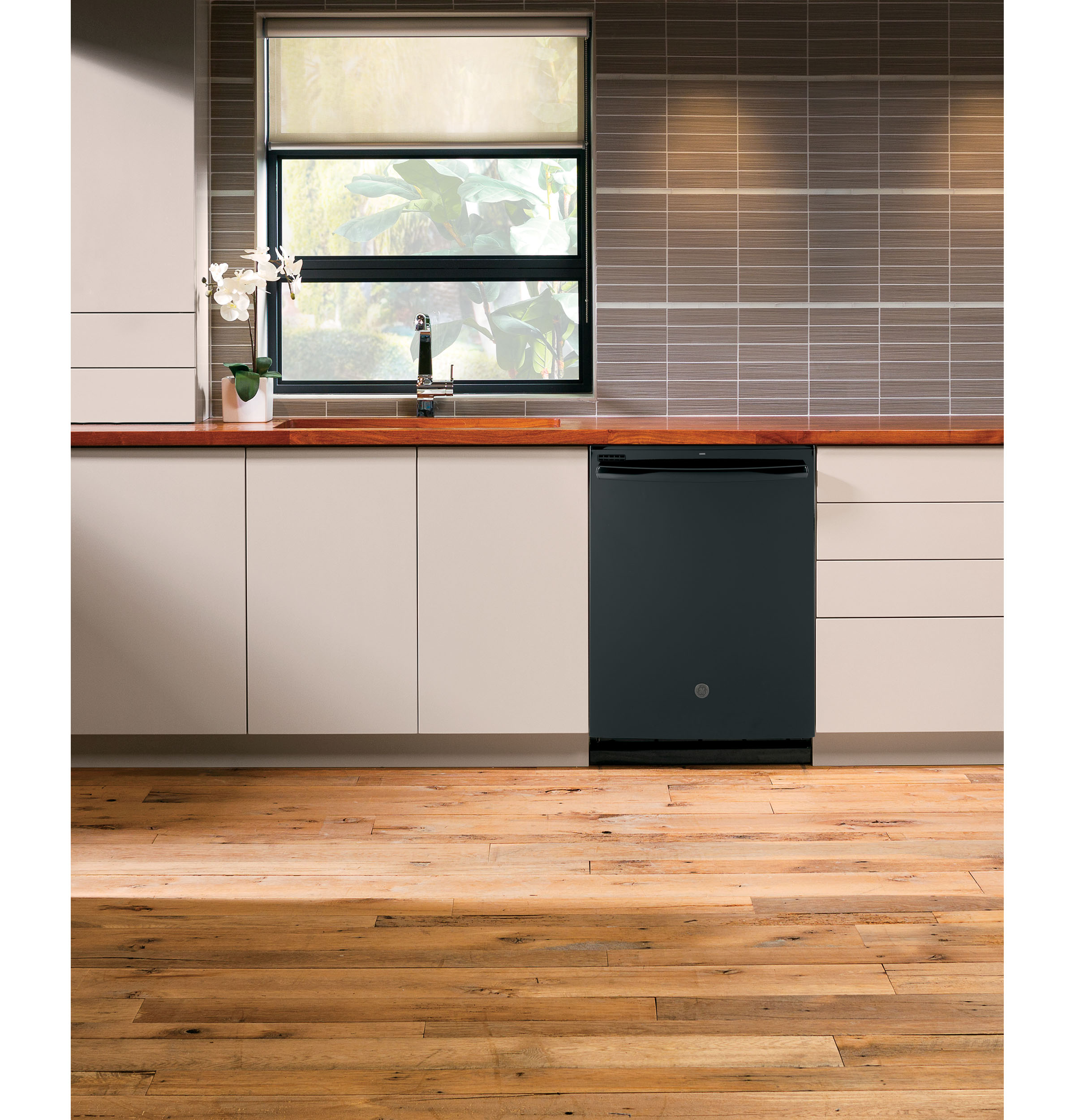 Model: GDT530PGPBB   GE GE® Top Control with Plastic Interior Dishwasher with Sanitize Cycle & Dry Boost