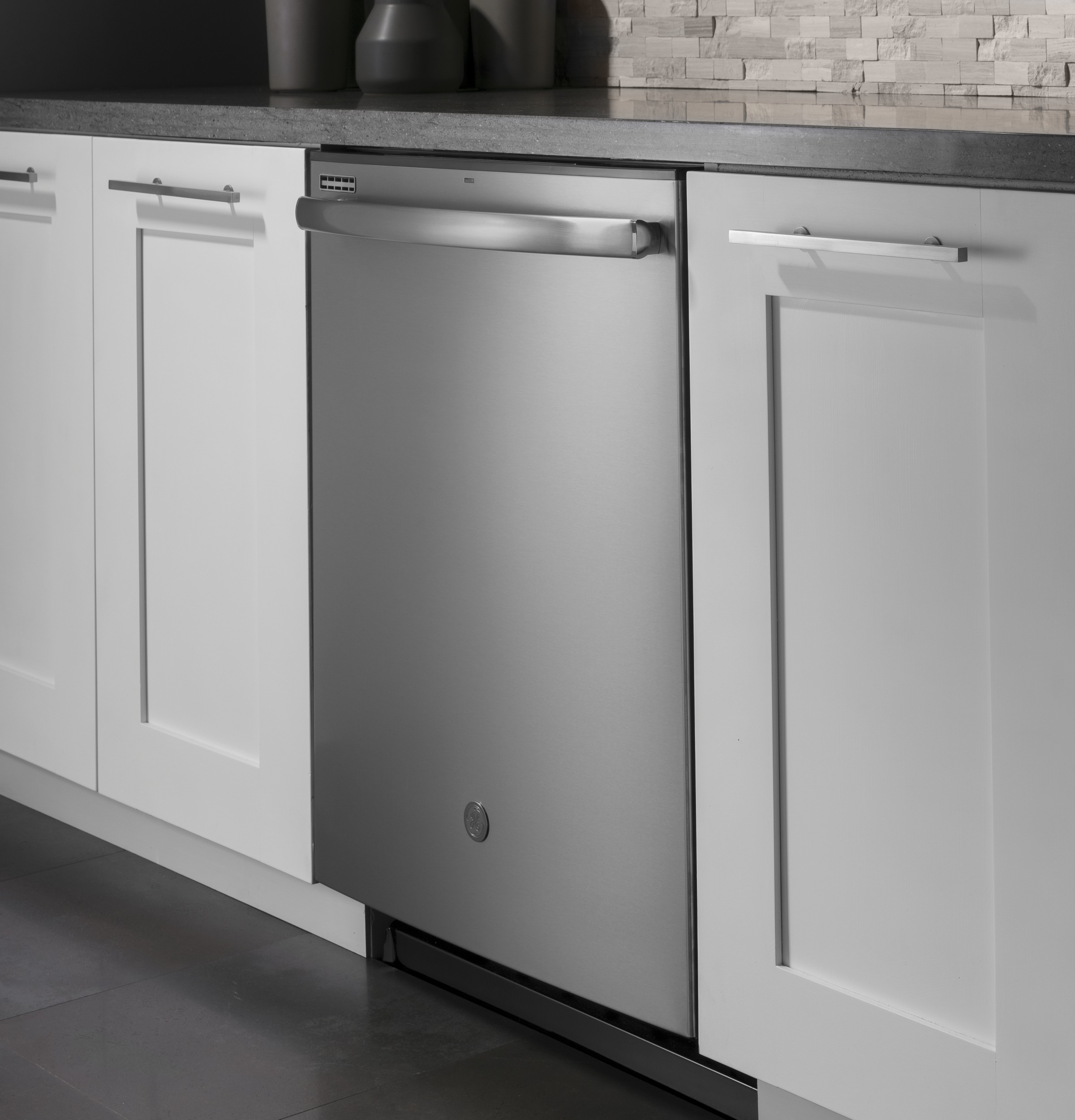 Model: GDT605PGMWW   GE GE® Top Control with Plastic Interior Dishwasher with Sanitize Cycle & Dry Boost