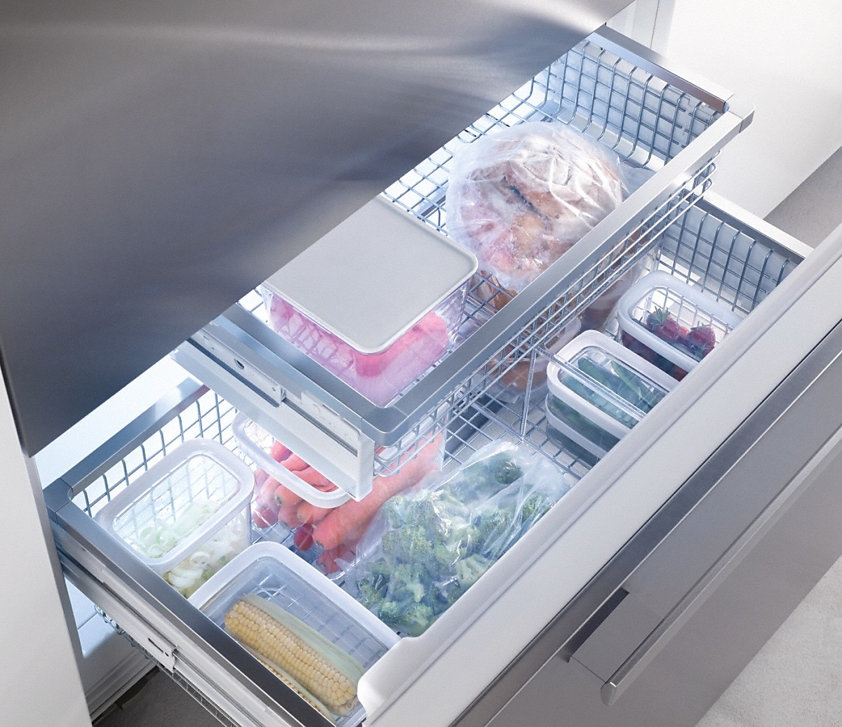 MasterCool freezer More space and maximum convenience with IceMaker and telescopic drawers