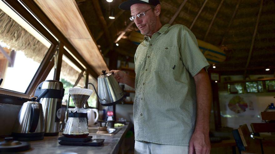 Justin Boudeman construyó en su casa de Boquete un laboratorio para mejorar su producción de geisha orgánico, su marca es Longboard Coffee