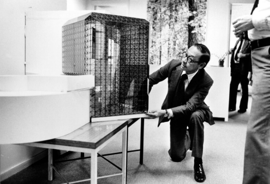 Muestra la maqueta de la Biblioteca J.F. Kennedy, construida en Boston en 1982.