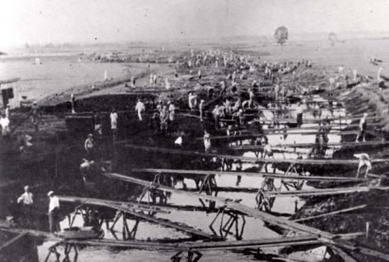 1942. Trabajo forzado junto a un río en Wlodawa, Polonia.
