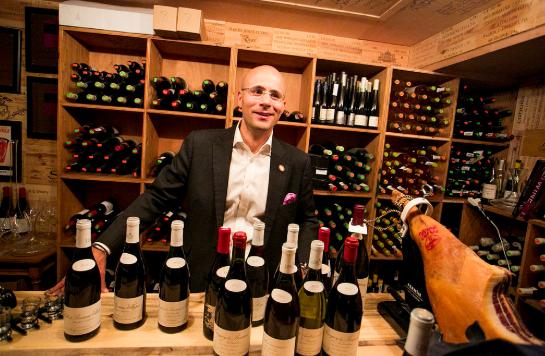 Sobre el vino rosado, Carlton McCoy, exdirector de vinos en Little Nell, asegura que es  festivo y tiene un precio moderado.