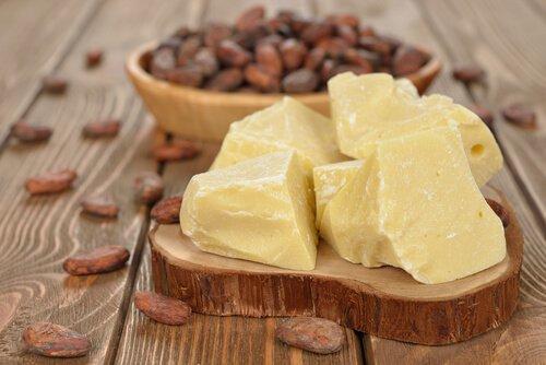 Cómo preparar una crema de manteca de cacao y vitamina E para hidratar las manos