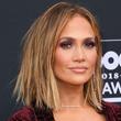 Jennifer Lopez da cátedra sobre cómo conquistar con una minifalda a los 50 años