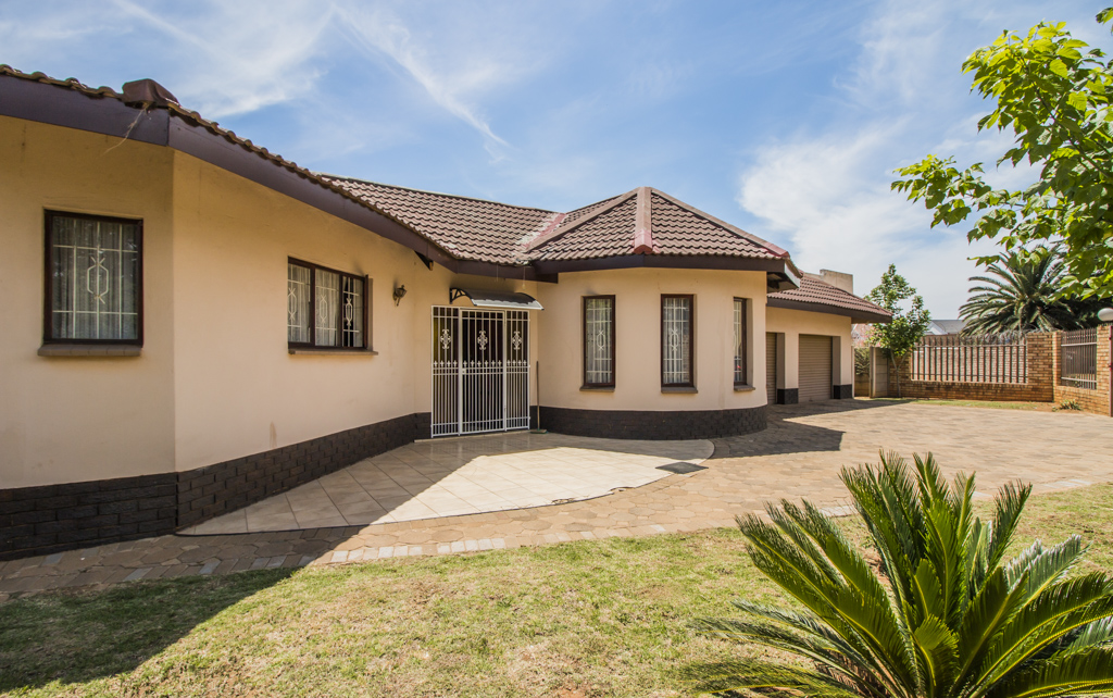 4 Bedroom House with Cottage For Sale in Lenasia South