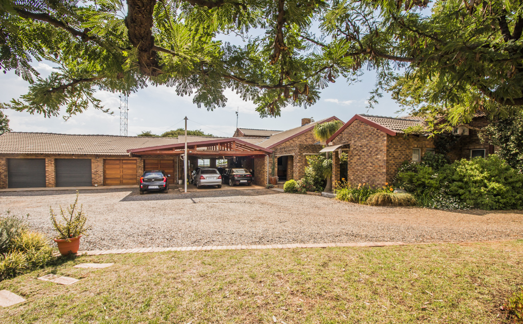 4 Stunning Properties on a Small Holding in Rietvlei View Country Estates