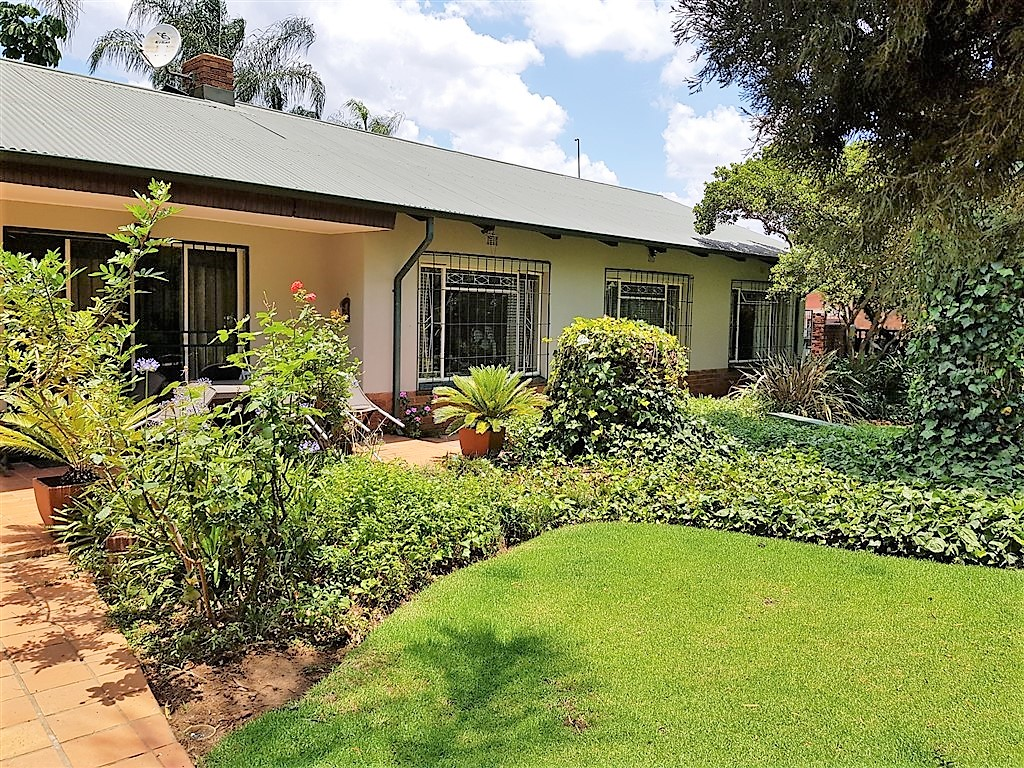 4 Bedroom House For Sale in Waverley