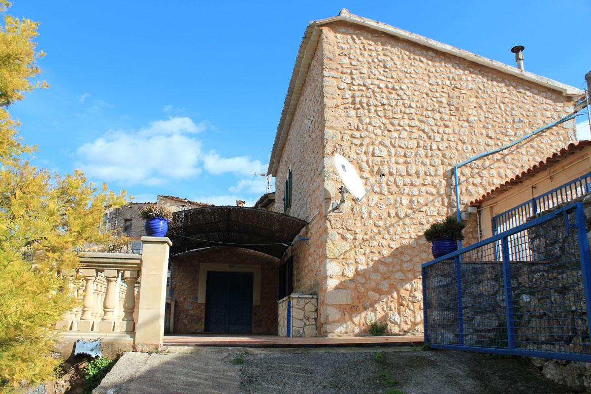 Immobilien Bilder von Steinhaus mit Garten und Baugrundstück...