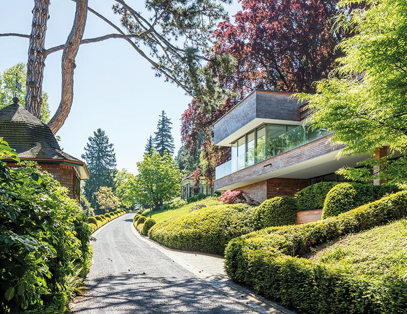 historische villa mit herrlicher seesicht in ausgedehnter. Black Bedroom Furniture Sets. Home Design Ideas
