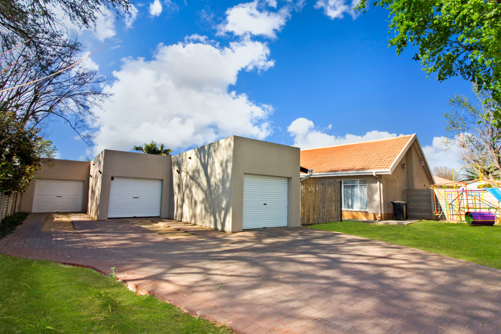 9 BedroomHouse For Sale In Rynfield