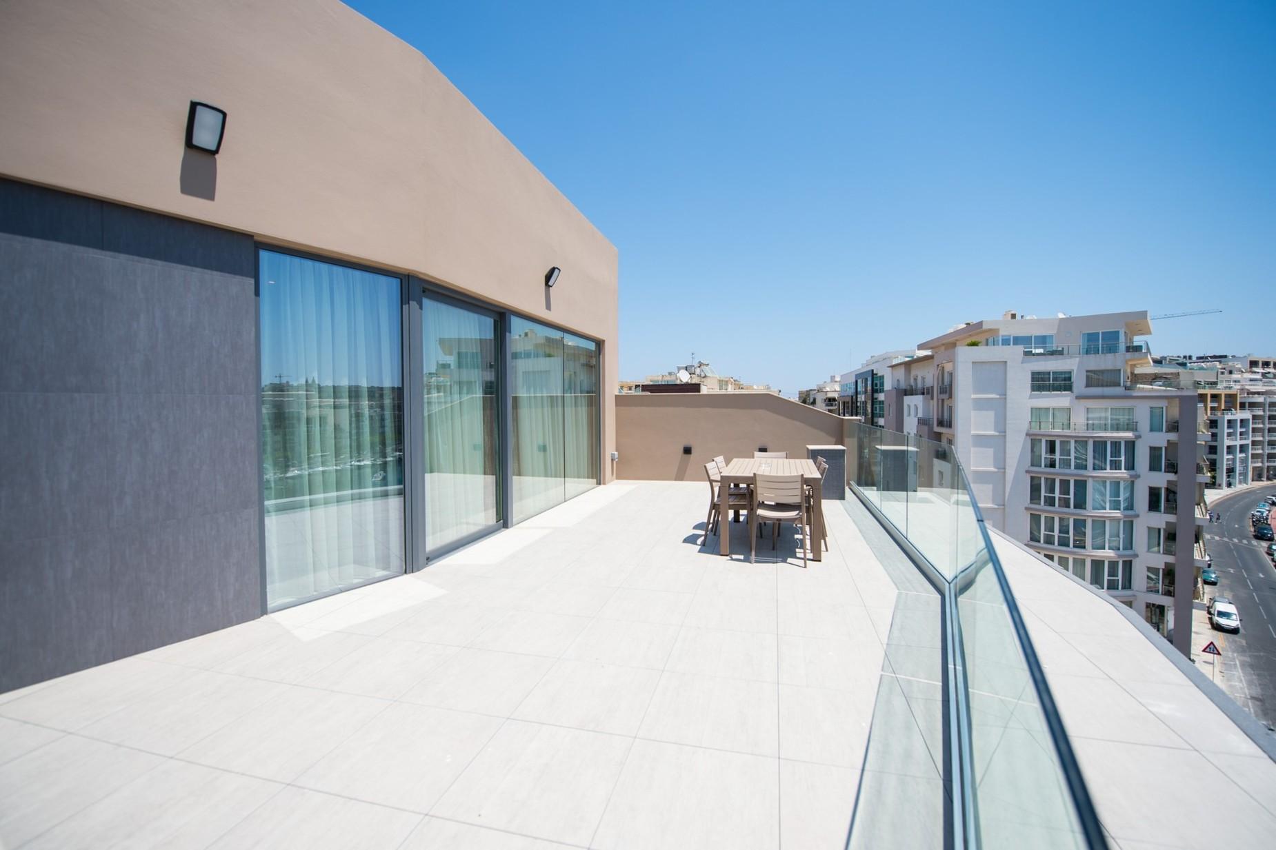 2 bed Penthouse For Rent in Ta' Xbiex, Ta' Xbiex - thumb 2