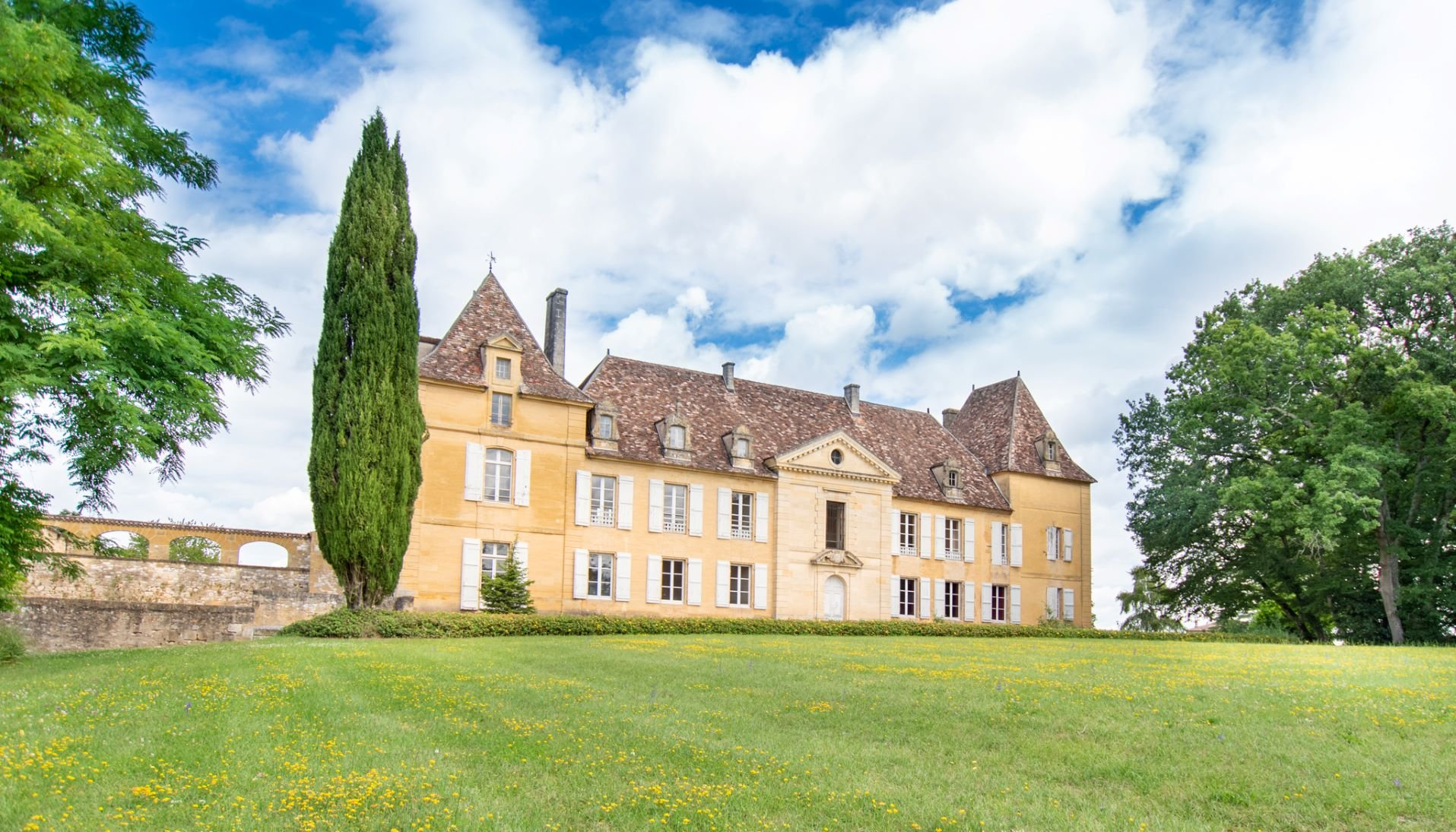 Southwest of France – 18th splendid chateau with outbuildings