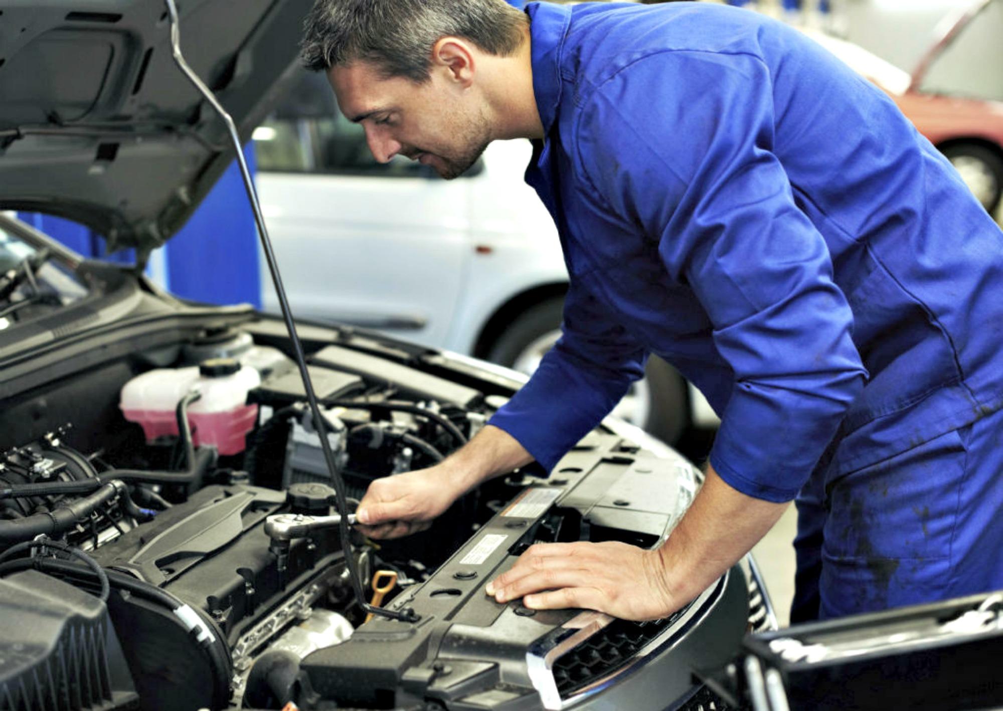 Accidente Automovilistico - mecanico arreglando auto