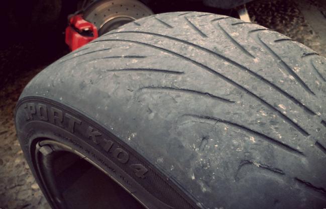 Neumáticos con una baja presión de aire pierden precisión en el frenado