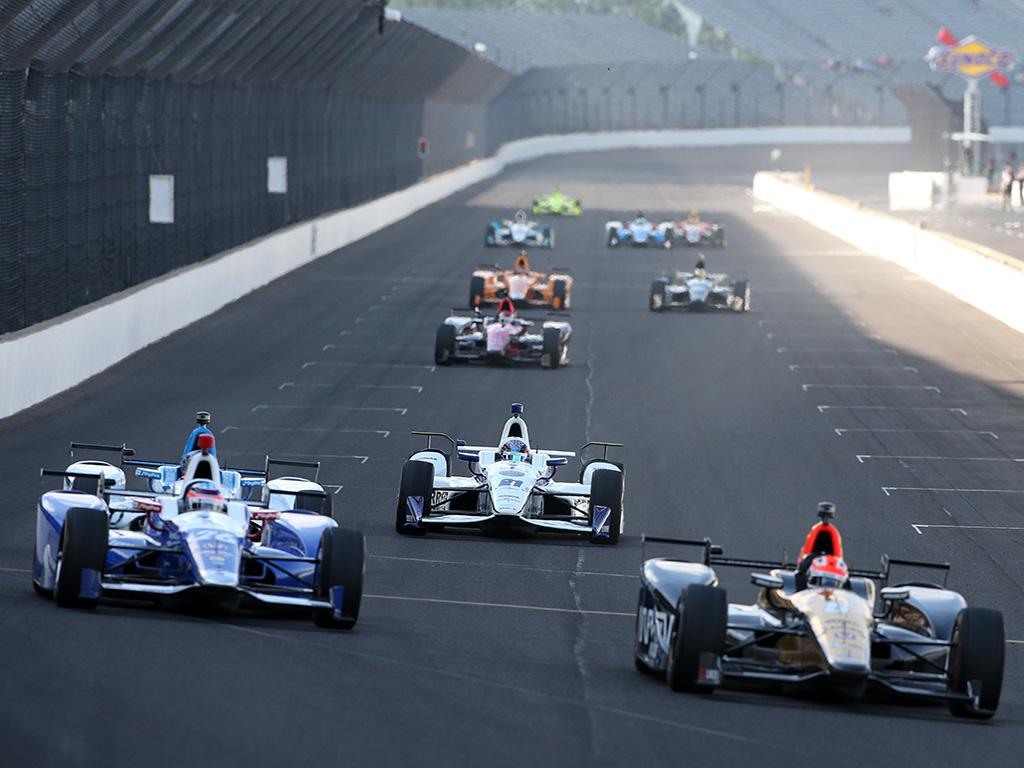 La edición No. 101 de la Indy 500 se llevará a cabo el domingo 28 de mayo. Alonso hará su debut en la Indy 500 desde la quinta colocación; Eric Boullier y Flavio Briatore lo acompañaron durante esta semana. Dixon es el noveno piloto que obtiene al menos tres pole positions en la prestigiosa competencia.