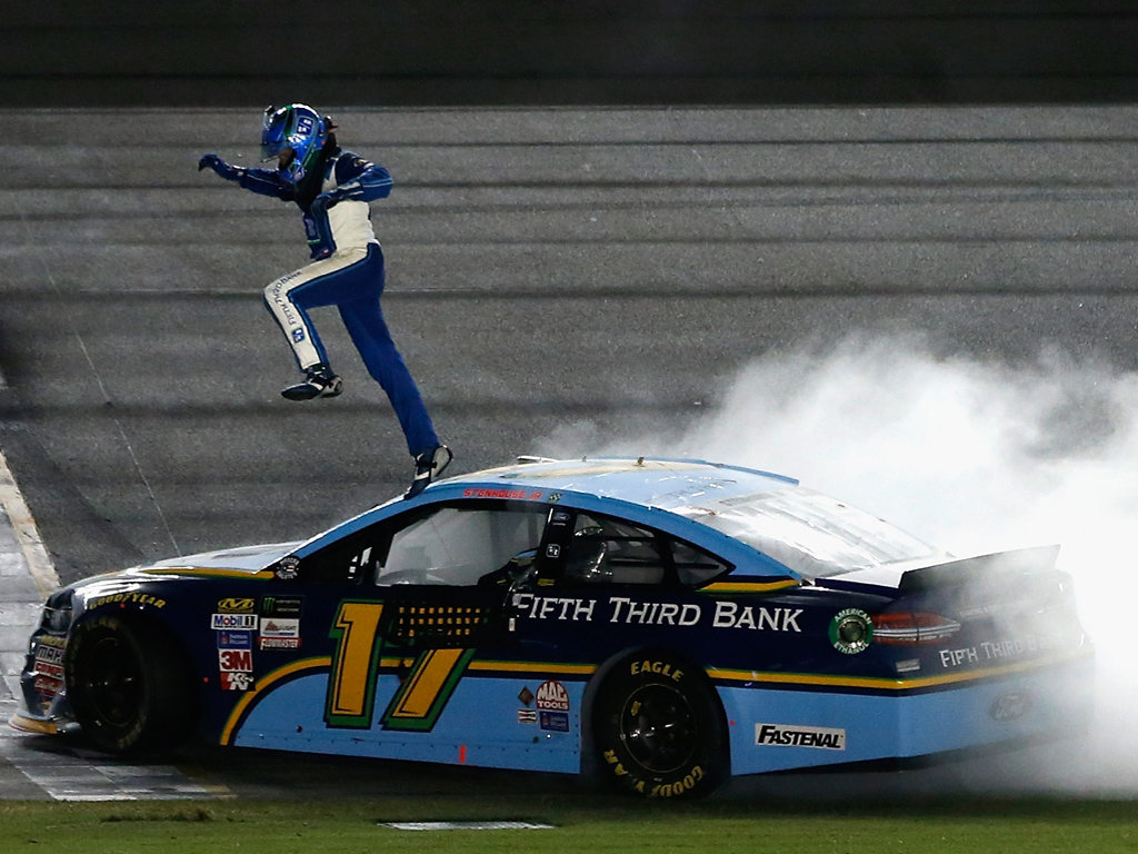 Ricky Stenhouse Jr. continúa con buen paso en los superóvalos de NASCAR. La competencia rompió récord de banderas amarillas y una suspensión