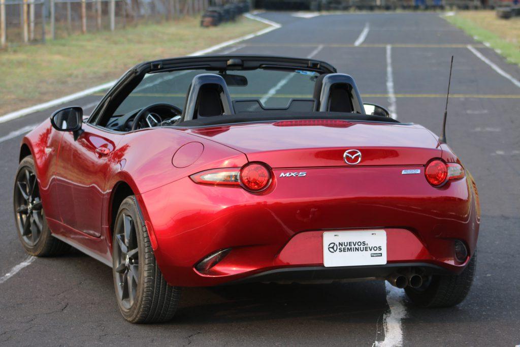 Parte trasera de Mazda MX-5 recuerda vehículos ingleses 1960