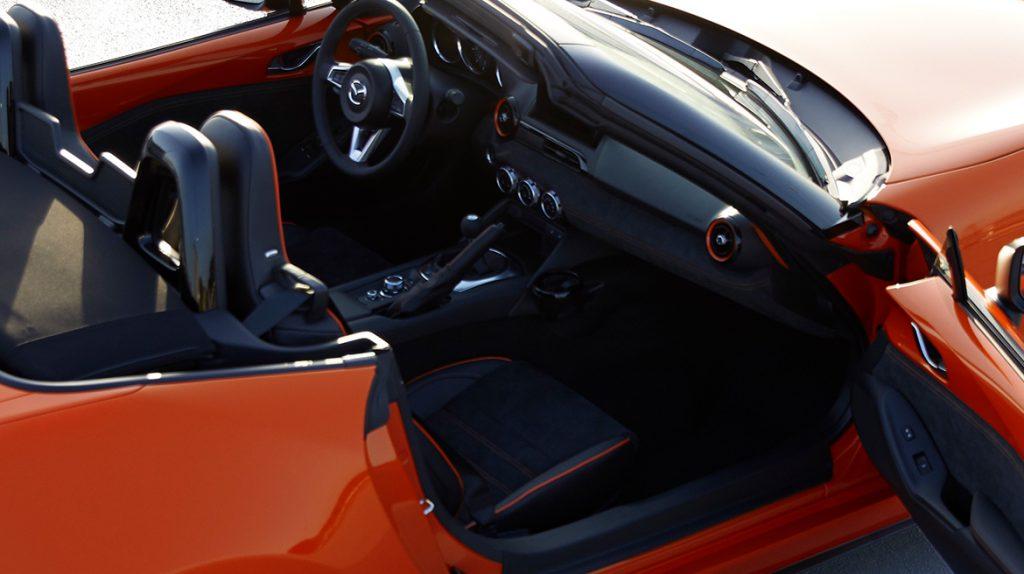 Interior Mazda MX-5 con detalles de lujo y tecnología