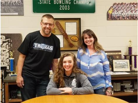 Madeleine Vinz signs with Trinity Christian College to play basketball.