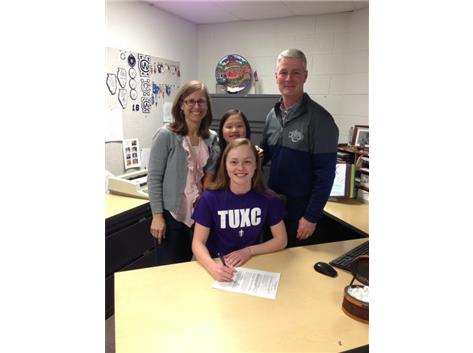 Gimre Family celebrates as Mae Elizabeth sign with Taylor Univ.