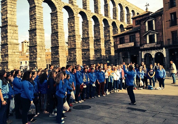 SM East's Choraliers performing an impromptu concert near the aqueduct in the Plaza del Azoguejo, Segovia, Spain. Photo via SMEOffice Twitter account.
