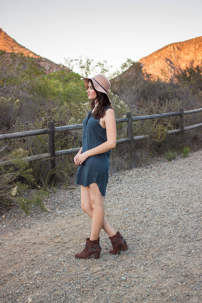 Fall dress with ankle boots and a hat