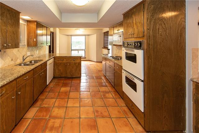Double ovens and granite countertops