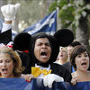 1358290109_117159_mickey-mouse_disneyland_hotel_workers_protest