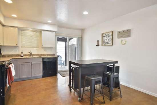University-of-Arizona-Apartment-Building-505071.jpg