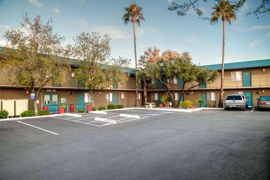 University-of-Arizona-Apartment-Building-554501.jpg