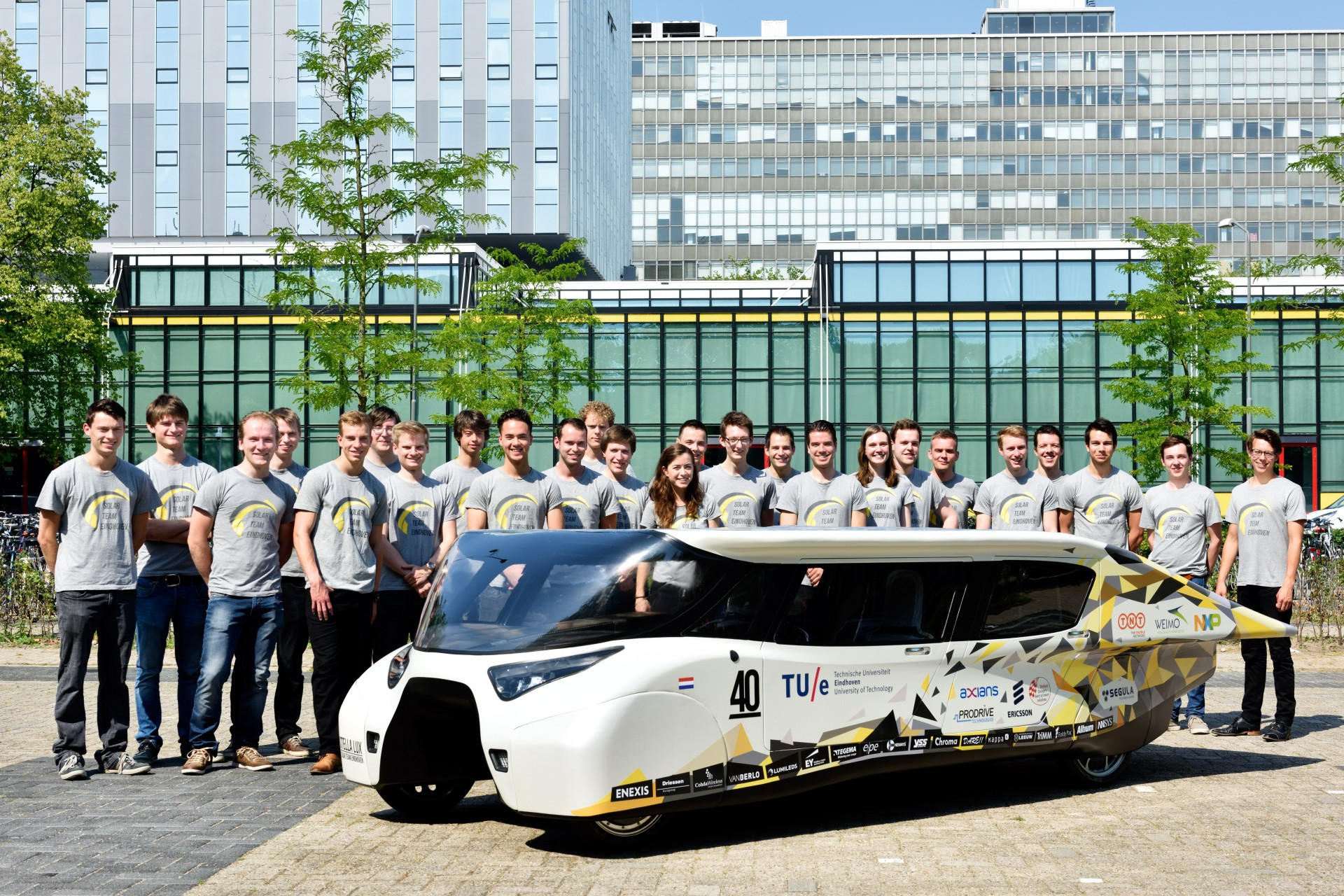 This Smart Solar-Powered Car Creates More Energy Than It Consumes