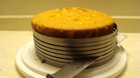 3B1-slicing-a-chiffon-cake.jpg