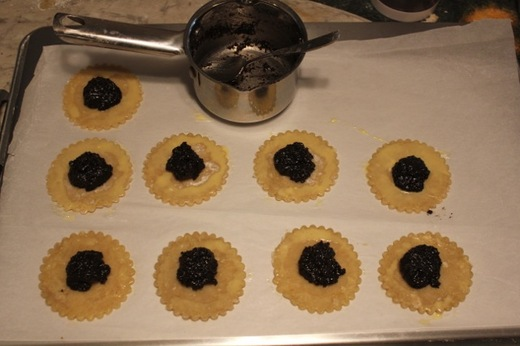 Hamantaschen_2_filling_on_circles.jpg