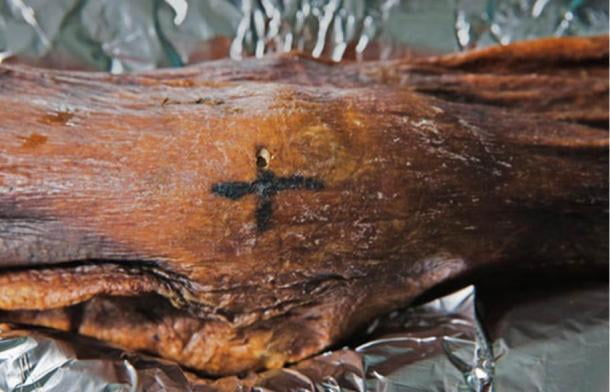 A cross-shaped tattoo on Ötzi's knee