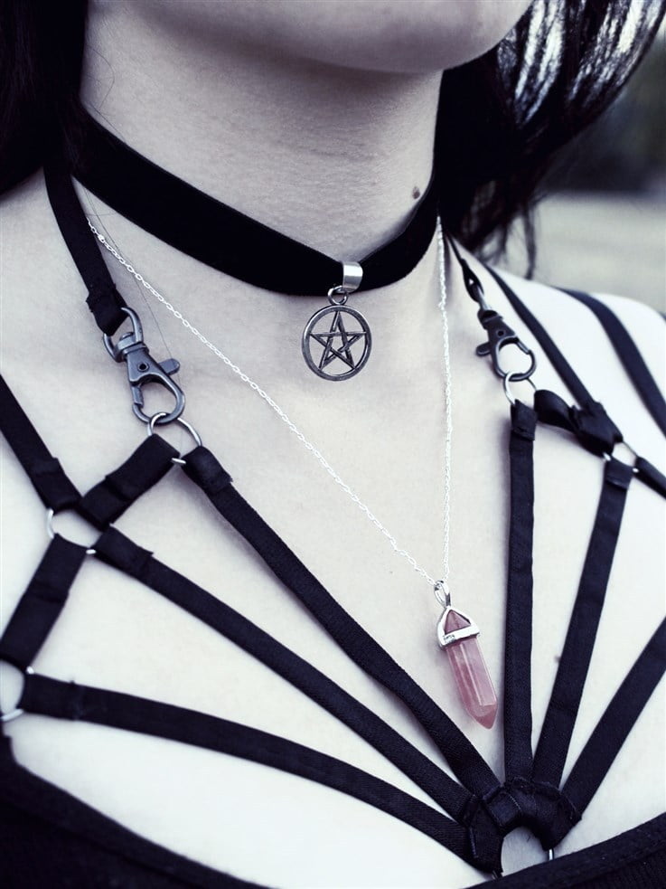 How To Accessorize With A Choker