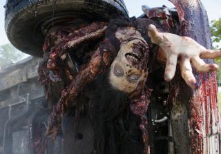 A walker in the walking dead season 6 episode 11 320x223 1458535081