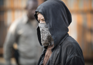 Carol pretends to be a wolf in the walking dead season 6 episode 2 320x223 1445378799