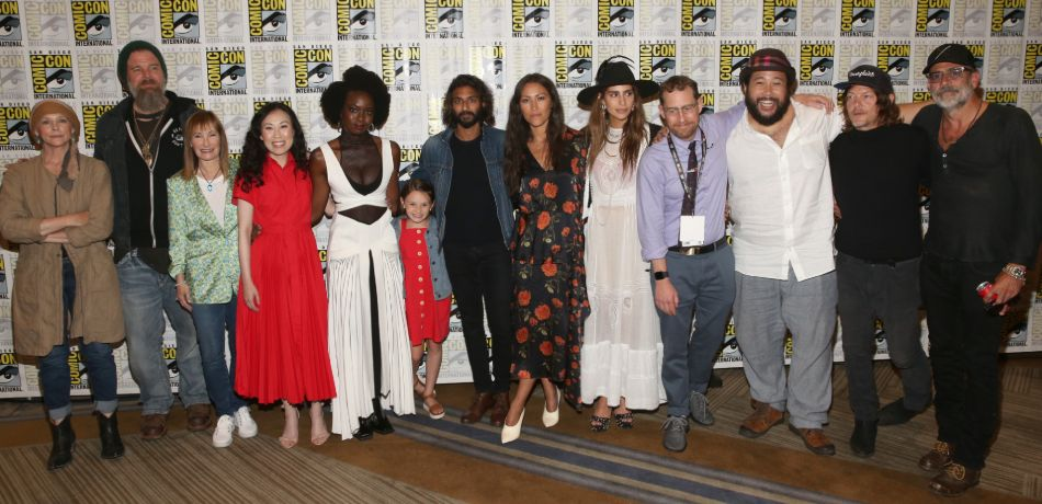 Group photo of cast and crew from the walking dead