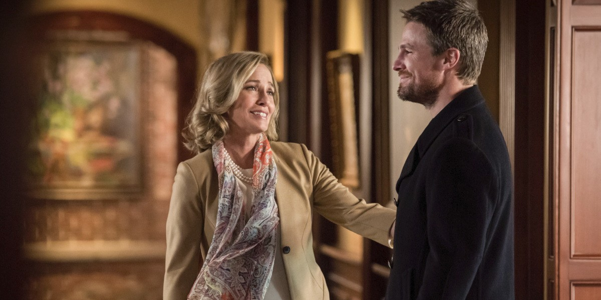 Arrow 8x01 oliver and moira 1