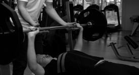 Mid_vital_fitness_en_sportschool_delft_bankdrukken_lift_edited1