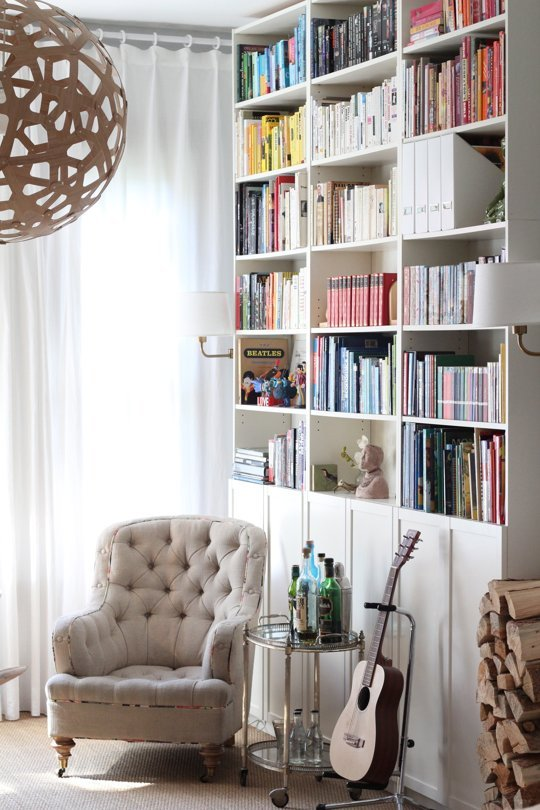 5 ways to make a diy reading nook abodo apartments sometimes all it takes to create a fabulous reading space is an incredibly cozy and cushy chair next to some book shelves if you can solutioingenieria Image collections