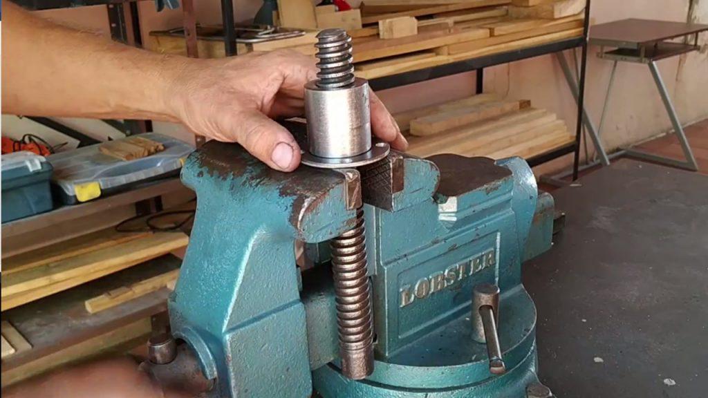 Construyendo tornillo de banco para carpintero