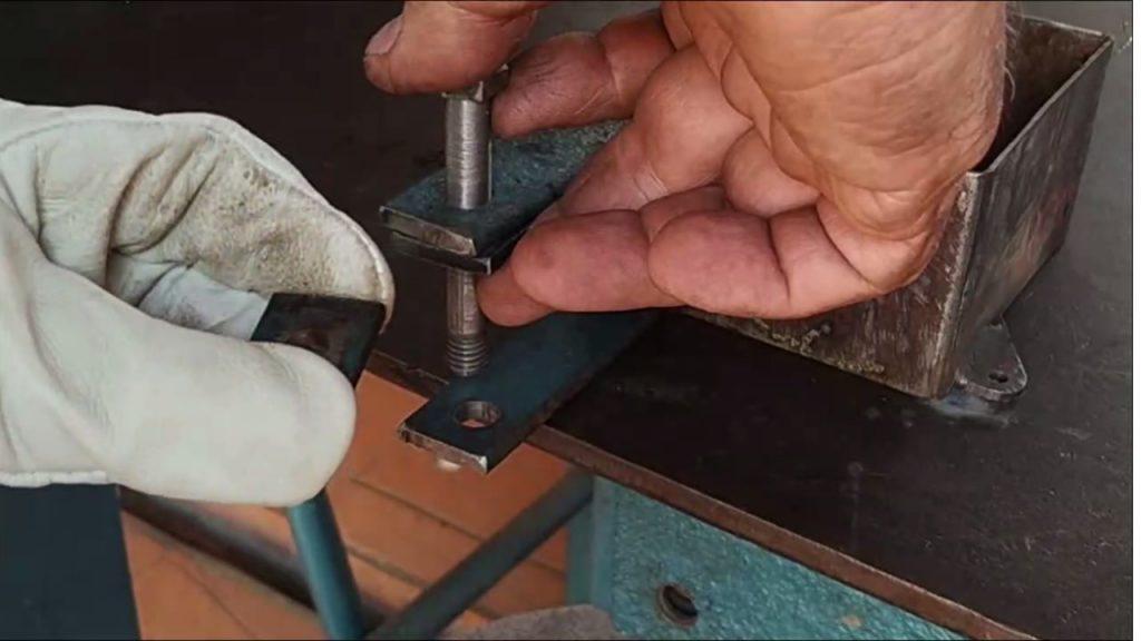 Cómo construir un taladro de banco usando chatarra.