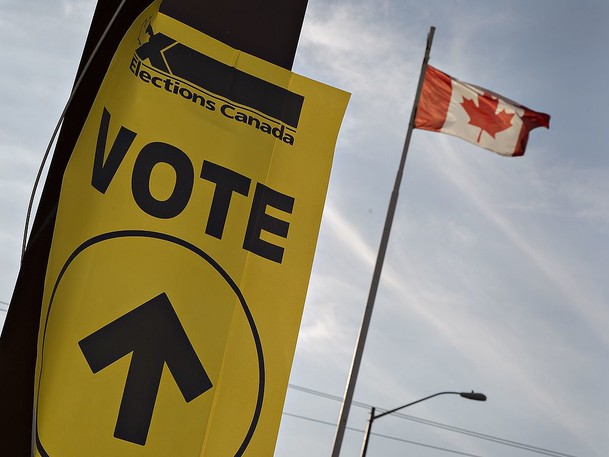 An Elections Canada sign directing voters to a voting location.