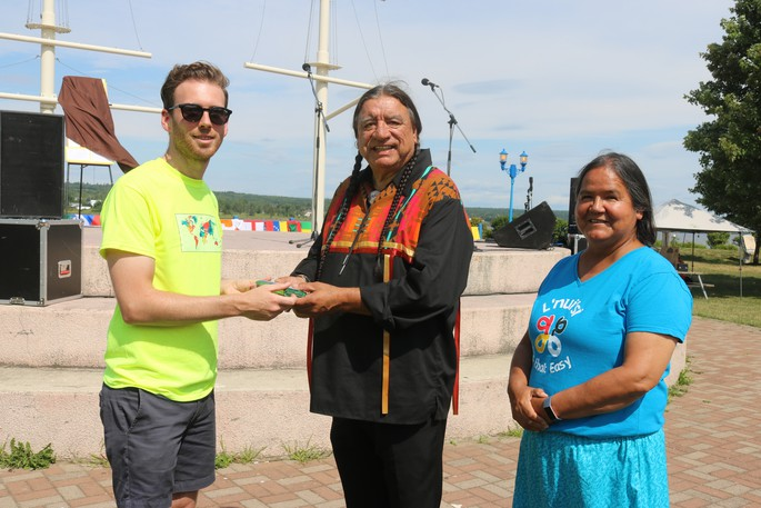Miramichi Mayor Adam Lordon, left, presents a gift of tobacco to Tulley Paul and Stephanie Simon during the 2019 Mayor's Welcome Barbecue at Waterford Green Park. This year's barbecue will take place Aug. 29 from 1 to 3 p.m. at Elm Park.