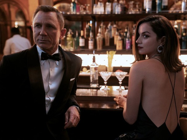 Vodka martini to go: Daniel Craig and Ana de Armas in No Time to Die.