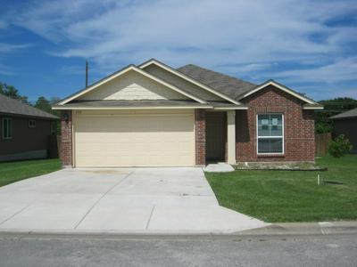 152 FALCON DR, Luling, TX 78648 - Photo 2