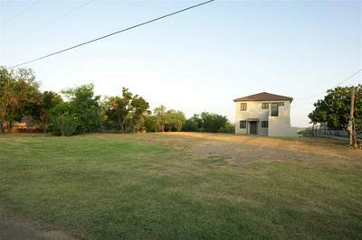105 LAKESHORE ST, ZAPATA, TX 78076 - Photo 2