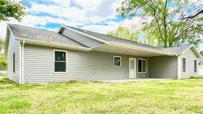 915 10TH ST, Carlyle, IL 62231 - Photo 2